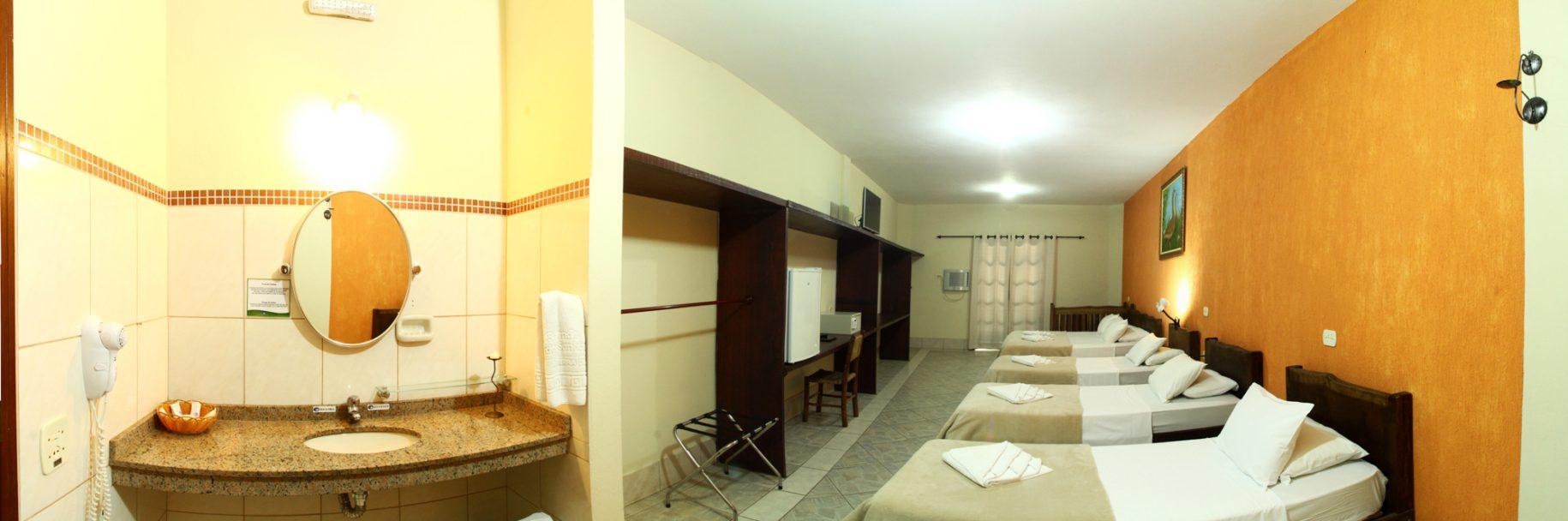 Apartamento do hotel fazenda parque dos sonhos com 3 camas de solteiro, uma cama de casal, frigobar, cofre, tv de led, ar condicionado quente e frio, pia com secador