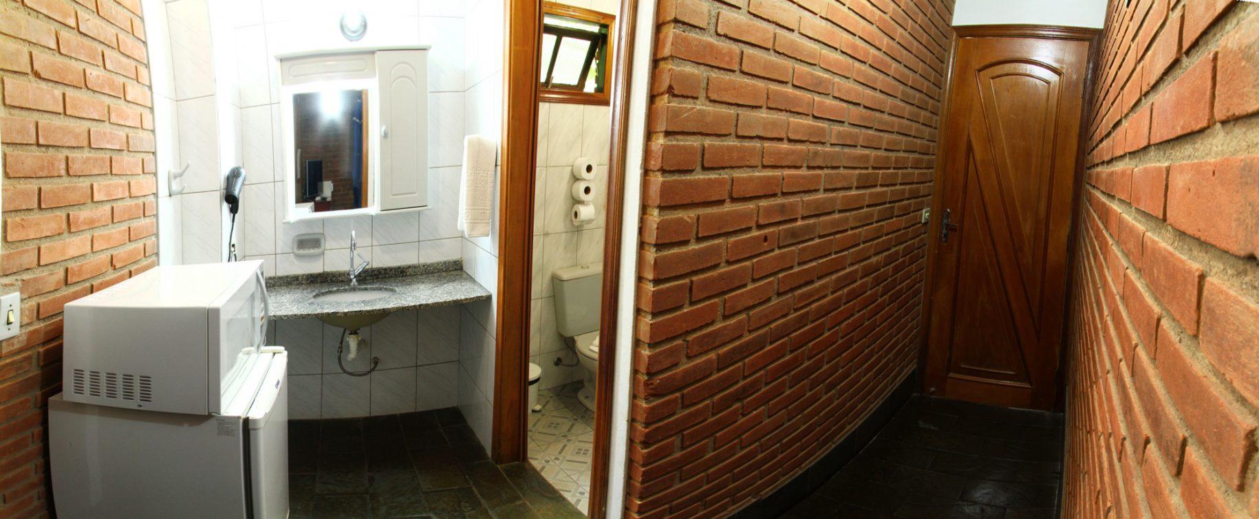 Chalé 01 no hotel fazenda parque dos sonhos, vista da foto para entrada e copa com frigobar, pia, microondas