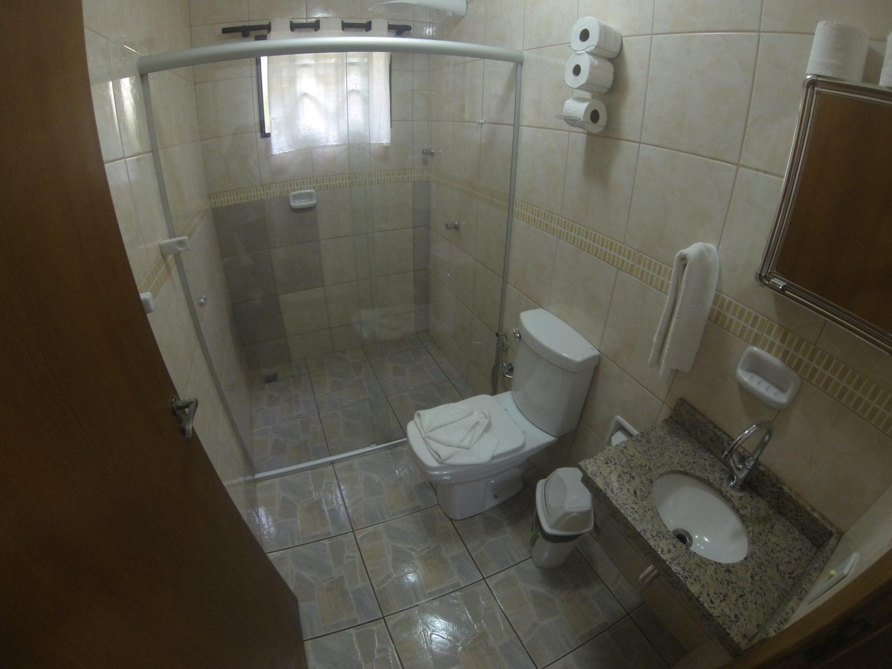 Banheiro de um dos chalés do hotel fazenda parque dos sonhos com box de vidro