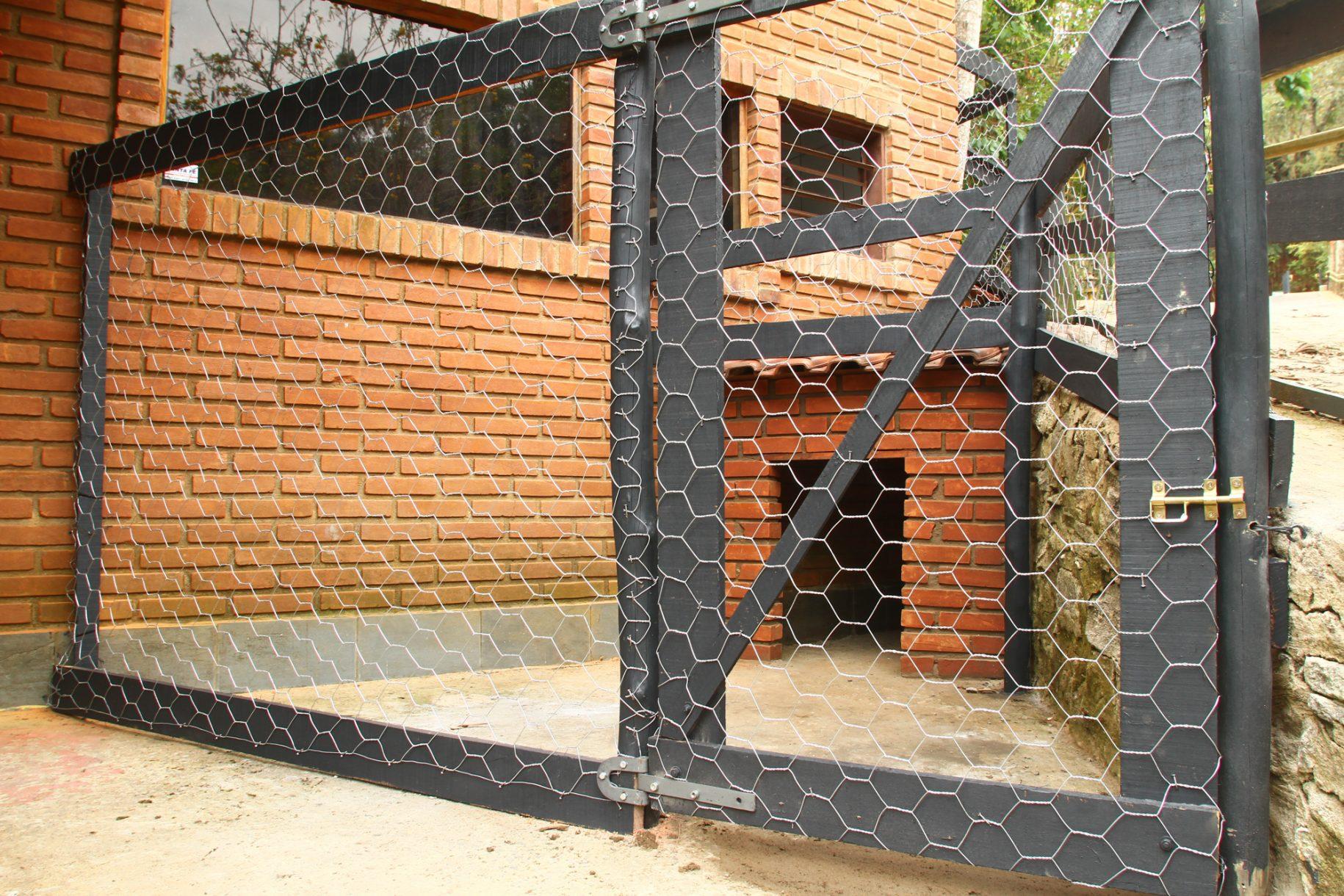 Imagem do canil acoplado ao chalé de uma das acomodações do hotel fazenda parque dos sonhos