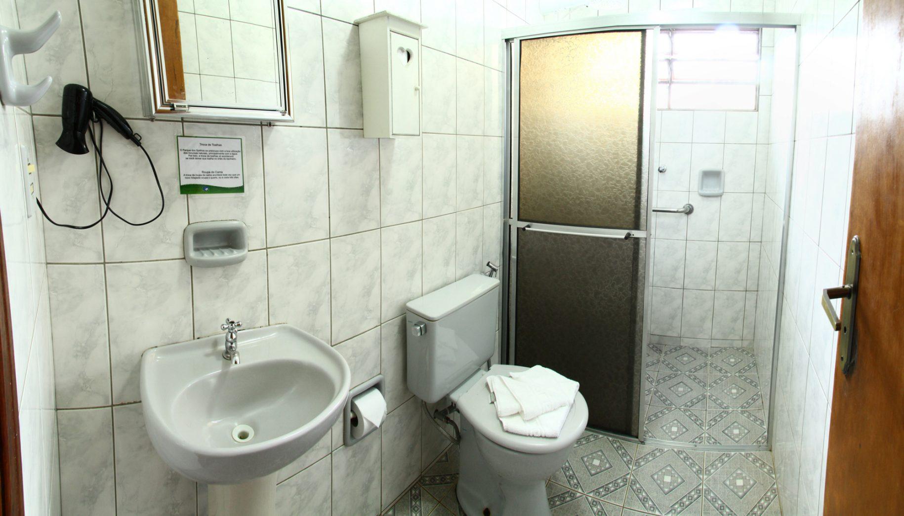 Banheiro do apartamento no hotel fazenda parque dos sonhos todo adaptado com barras de segurança