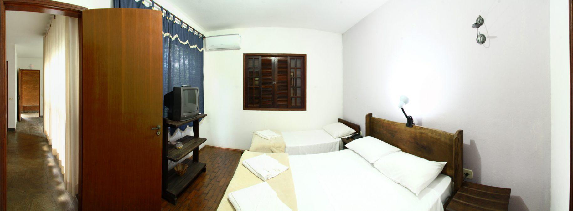 Quarto de um dos chalés do hotel fazenda parque dos sonhos com televisão e ar condicionado quente e frio