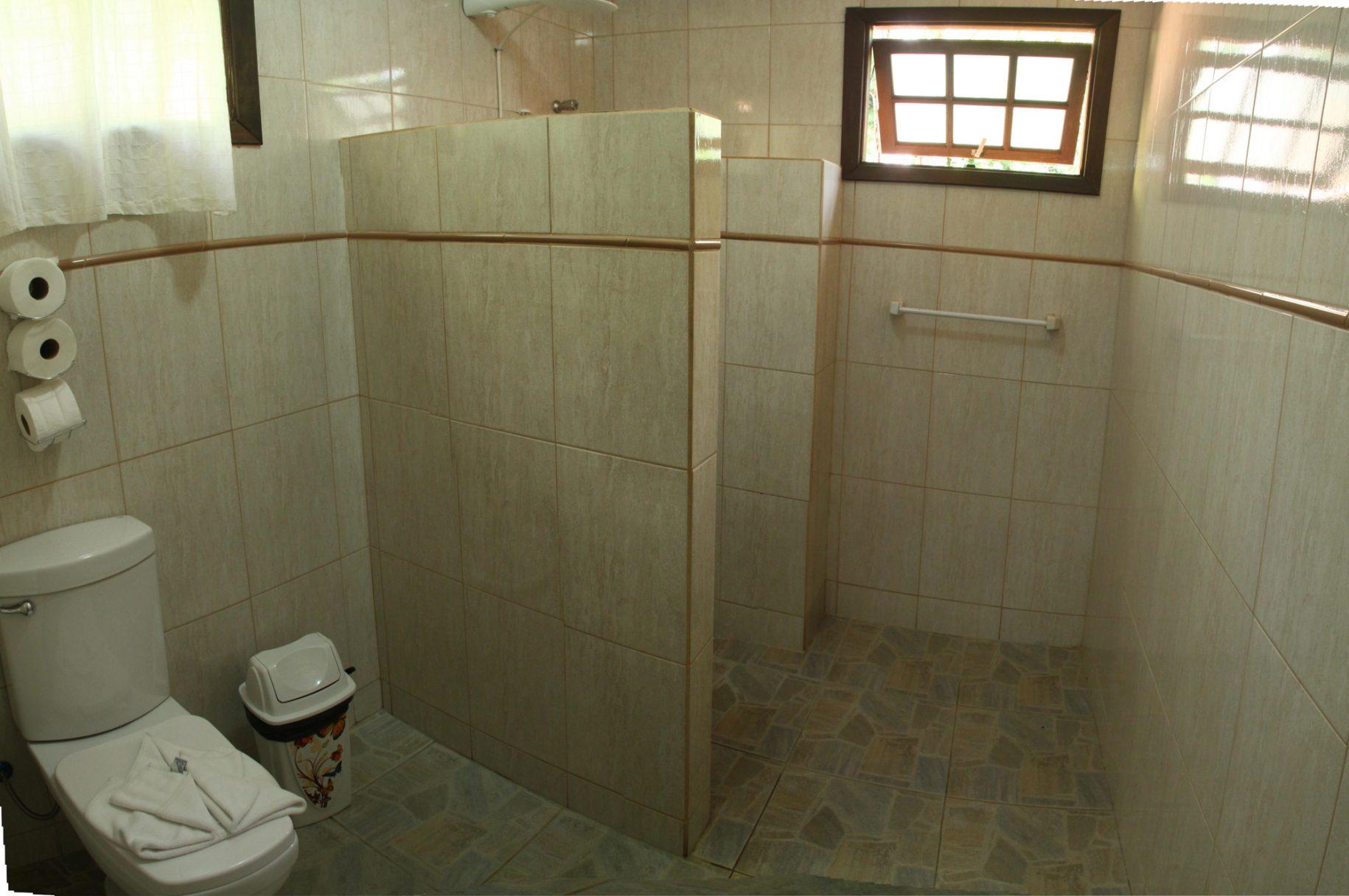 Banheiro de um dos chalés do hotel fazenda parque dos sonhos