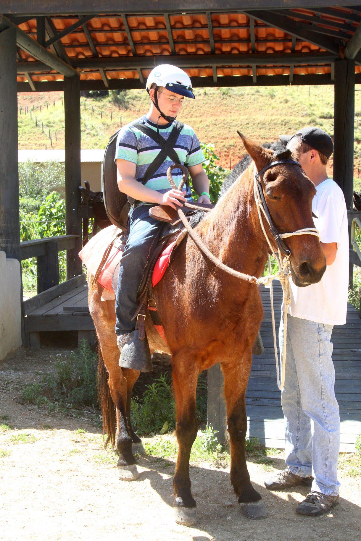 pessoa deficiente sendo preparada para fazer a cavalgada no hotel fazenda parque dos sonhos