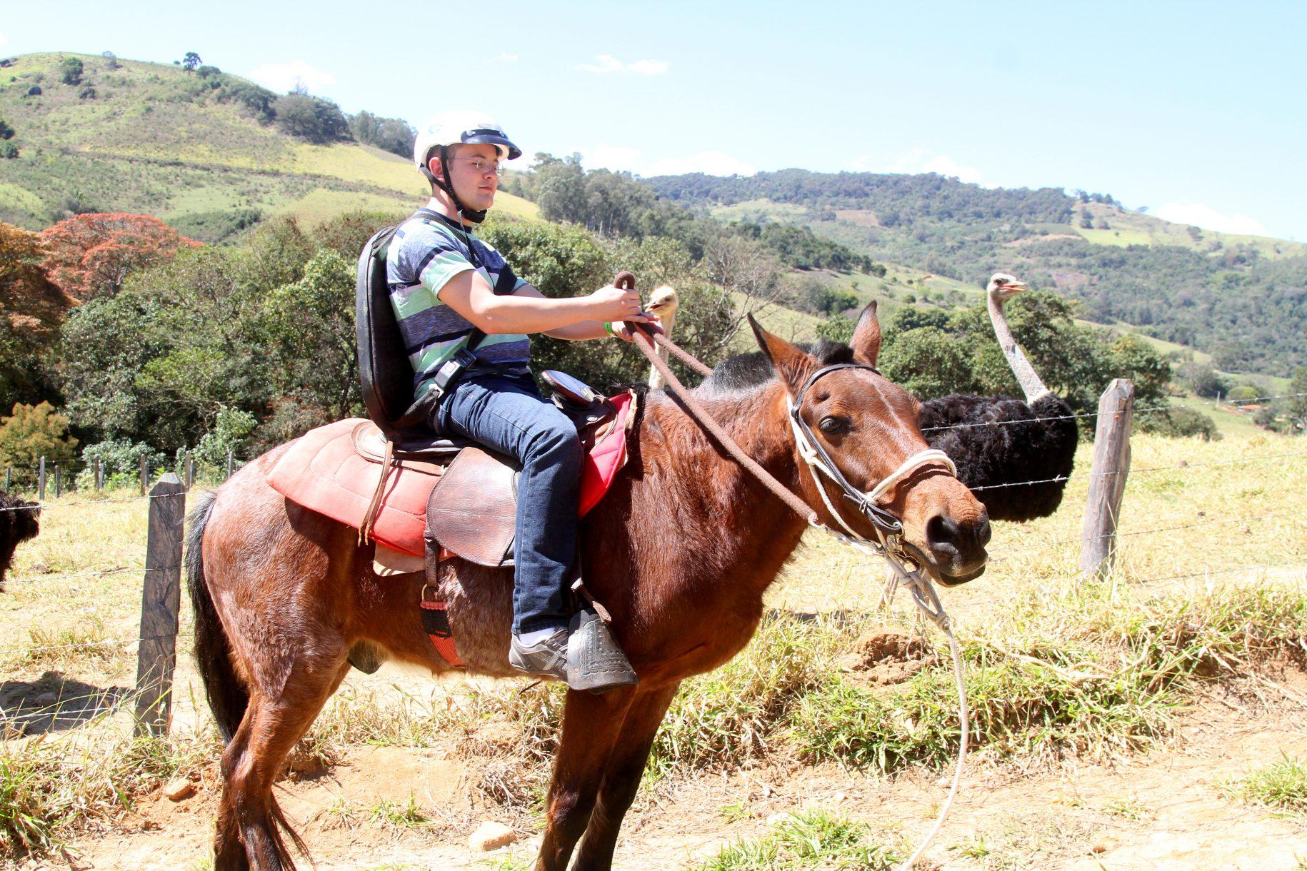 pessoa deficiente fazendo a cavalgada no hotel fazenda parque dos sonhos
