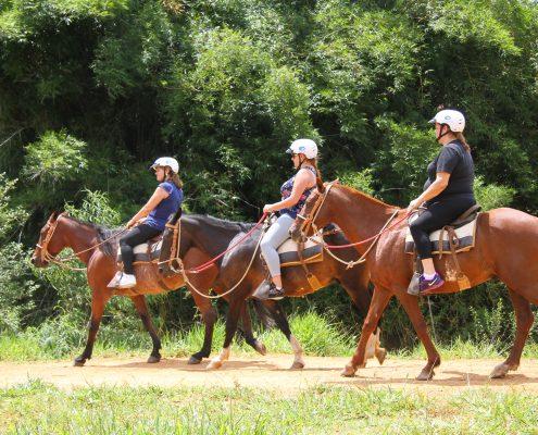 3 Adultos fazendo a cavalgada do hotel fazenda parque dos sonhos
