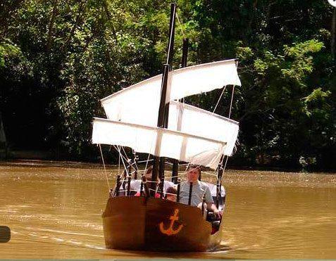 Familia navegando com a mini caravela no lago do hotel fazenda campo dos sonhos