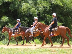 Três mulheres fazendo a cavalgada no hotel fazenda parque dos sonhos