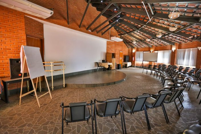 Centro de eventos do hotel fazenda parque dos sonhos, com as cadeiras já arrumadas em forma de meia lua