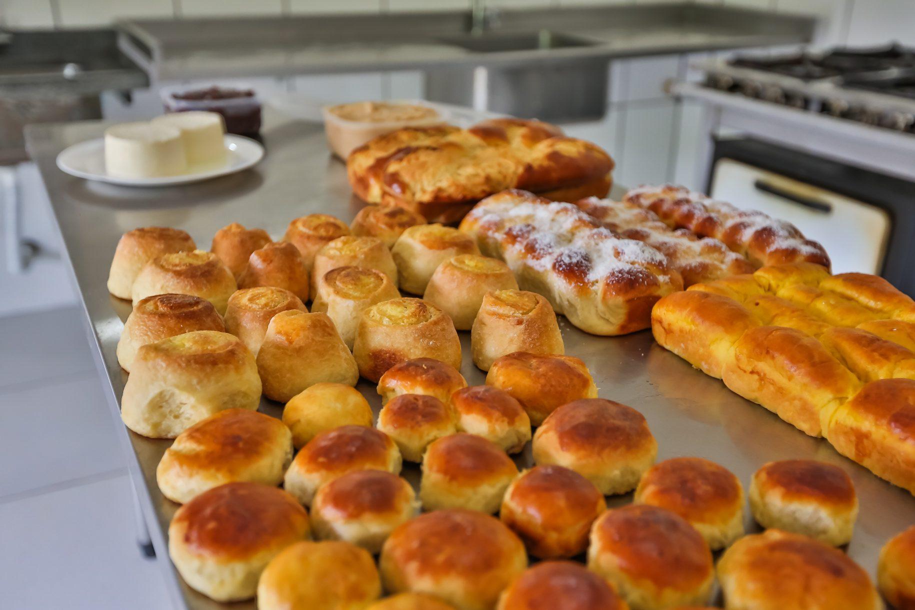Diversos tipos de pães salgados e doces, e também queijos, doces de bananada e doce de leite que são feitos na doceria do hotel fazenda parque dos sonhos