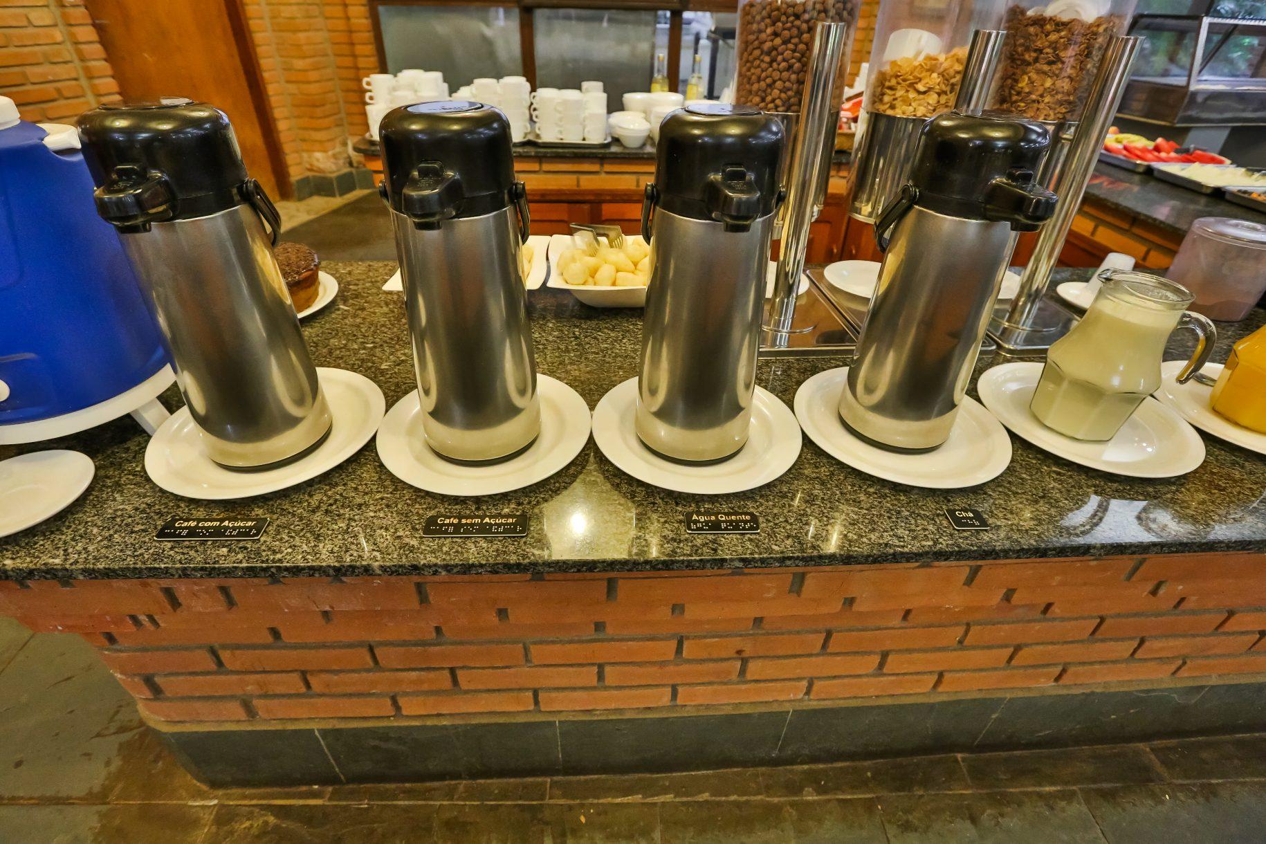 Café da manhã no hotel fazenda parque dos sonhos, foto com foco para as garrafas de café chá e etc