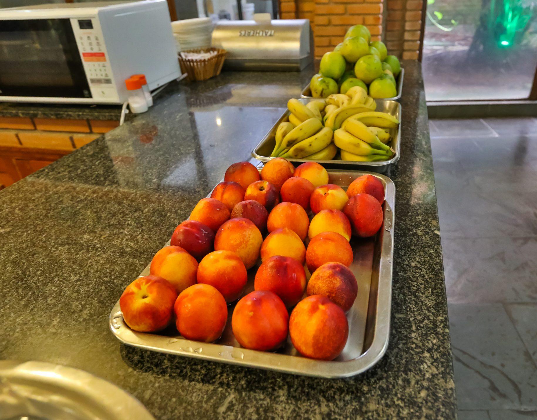 mesas de frutas do café da tarde no hotel fazenda parque dos sonhos, como por exemplo, maçãs, bananas e pêras
