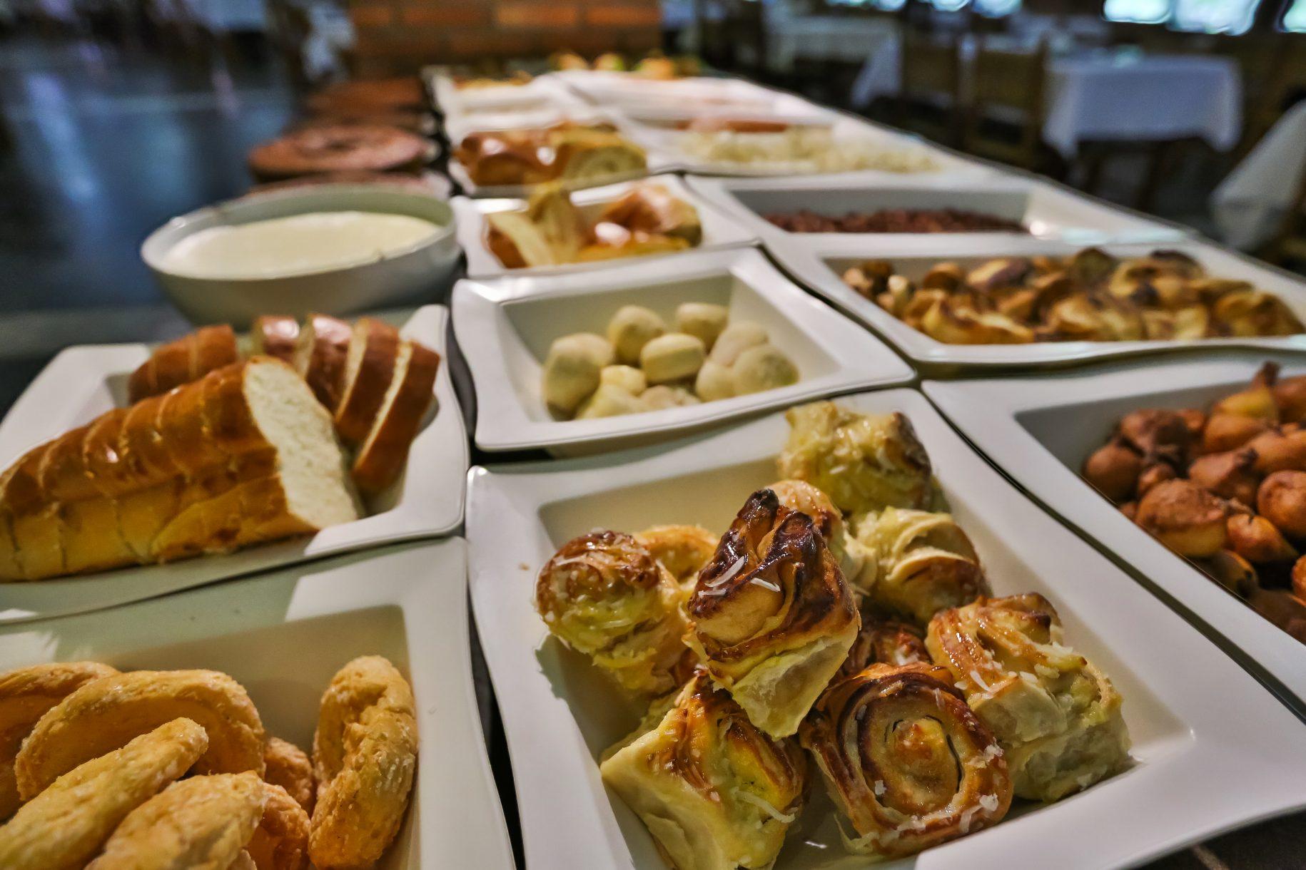 Café da tarde no hotel fazenda parque dos sonhos com diversos tipos de comida caipira, como bolinho de chuva, amendoim torrado, e diversos tipos de pães caseiros