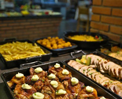 Jantar no hotel fazenda parque dos sonhos com diversos tipos de comida, típicas da gastronomia mineira