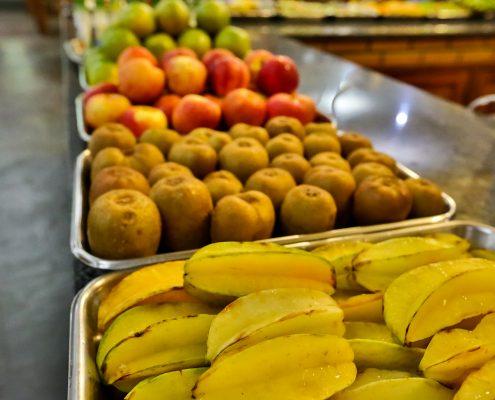 Mesas de frutas no jantar do hotel fazenda parque dos sonhos com, maçãs, peras etc