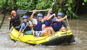 4 pessoas e o condutor dentro de um bote fazendo o rafting no hotel fazenda parque dos sonhos