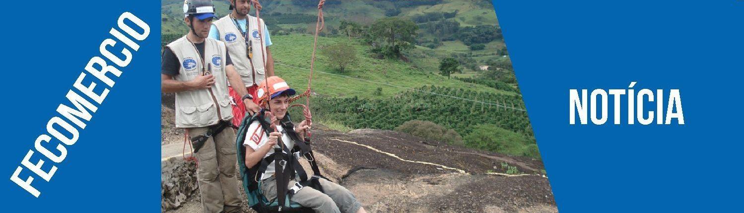 Mulher paraplégica se preparando para descer a tirolesa do pânico no hotel fazenda parque dos sonhos