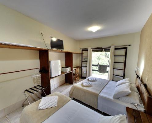 Foto do apartamento do hotel fazenda parque dos sonhos com, frigobar, cofre, televisão de led, varanda, ar condicionado quente e frio