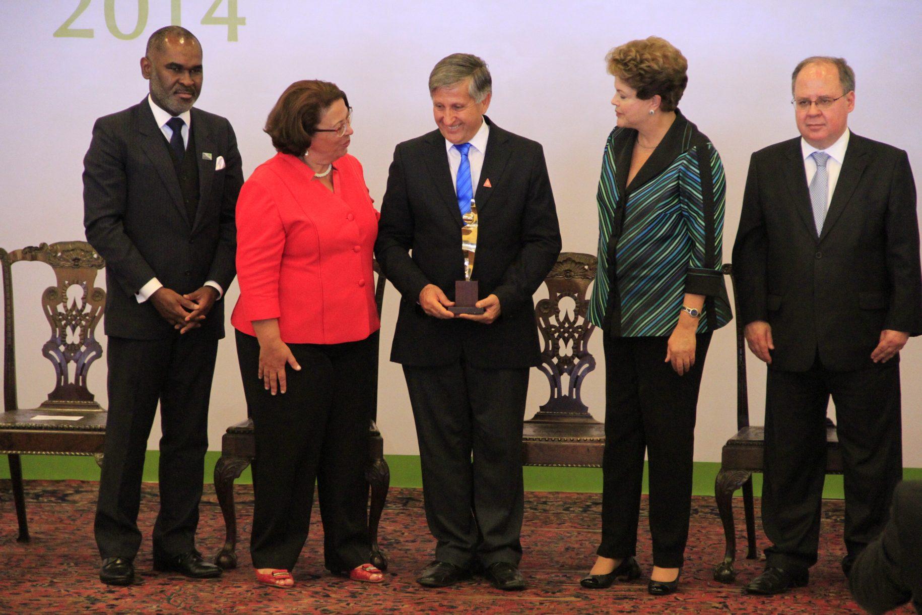 José Fernandes recebendo o PRÊMIO DIREITOS HUMANOS EM BRASÍLIA das mãos da presidente