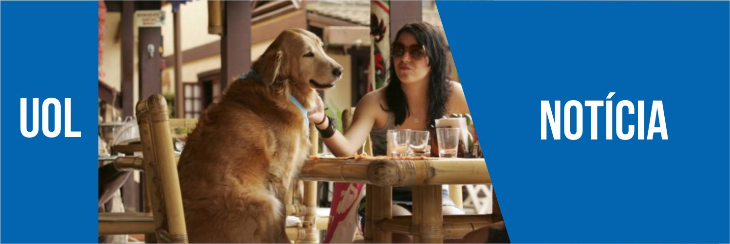 Cachorro e sua dona, sentados em uma mesa comendo