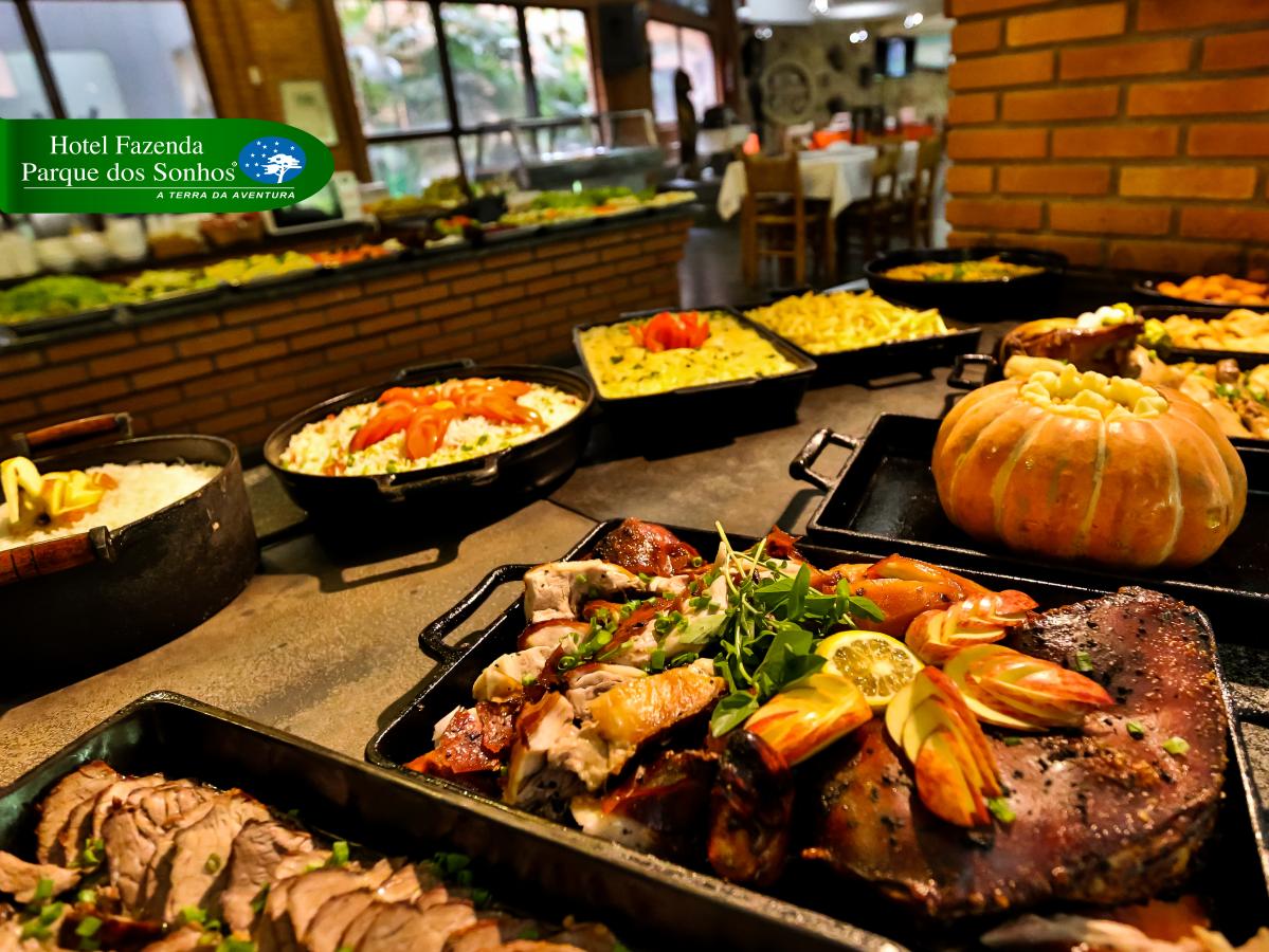 Almoço servido no fogão a lenha do hotel fazenda parque dos sonhos, gastronomia típica mineira