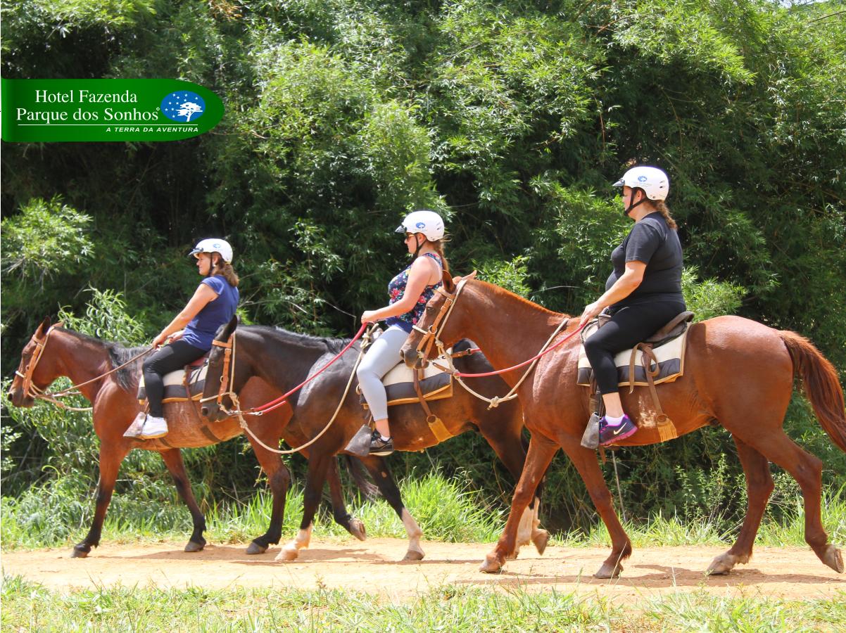 Três mulheres fazendo a cavalgada do hotel fazenda parque dos sonhos