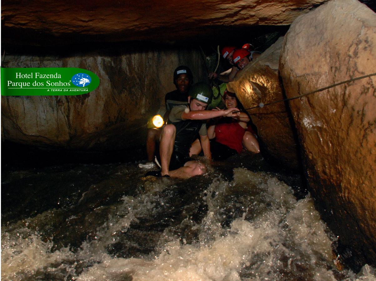 Atividade do hotel fazenda parque dos sonhos, Espeleoturismo onde a pessoa que está fazendo a atividade, vai explorar cavernas, passando por pequenas fendas