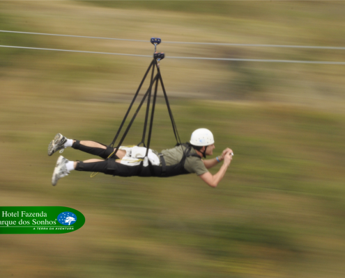 Tirolesa voadora do hotel fazenda parque dos sonhos, onde a pessoa desce a tirolesa de barriga para baixo