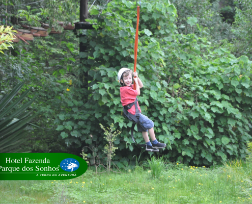 Tirolesa Kids do hotel fazenda parque dos sonhos, uma tirolesa com dimensões menores para que crianças também tenham a sensação de descer uma tirolesa