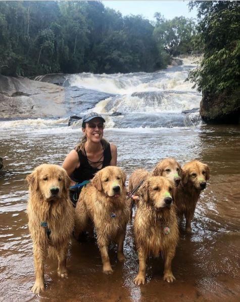 dona e seus cinco goldens na cachoeira do parque dos sonhos em socorro-sp
