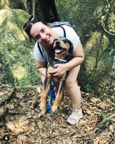 Cachorro e sua dona posando para foto na pedra grande do Parque dos Sonhos Hotel Fazenda Pet Friendly em Socorro-SP