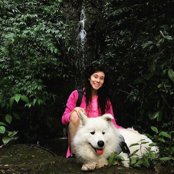 Cachorro na Pedra da Cachoeira do Parque dos Sonhos Hotel Fazenda Pet Friendly em Socorro-SP o e sua dona posando para foto em uma das cachoeiras do Parque dos Sonhos Hotel Fazenda Pet Friendly em Socorro-SP