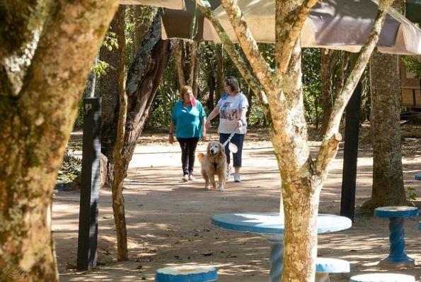 duas senhoras caminhando com o cachorro no Hotel Fazenda Parque dos Sonhos Pet Friendly em Socorro-SP