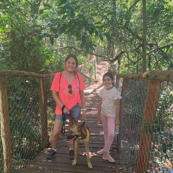 Cachorro passeando com os donos na cachoeira do hotel fazenda parque dos sonhos